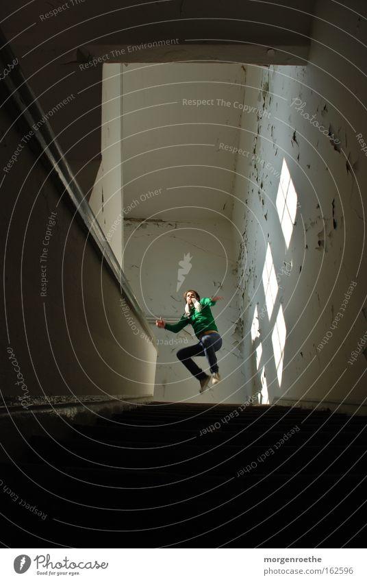 Hochsprung Mensch Mann weiß schwarz Fenster oben springen Treppe verfallen Flur Selbstportrait Brauerei