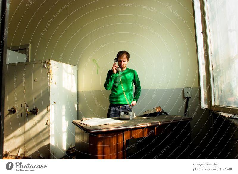 tote Leitung Mensch Mann grün Büro Fenster dreckig sprechen Telefon Tisch verfallen Möbel Staub Telefongespräch Termin & Datum Schrank