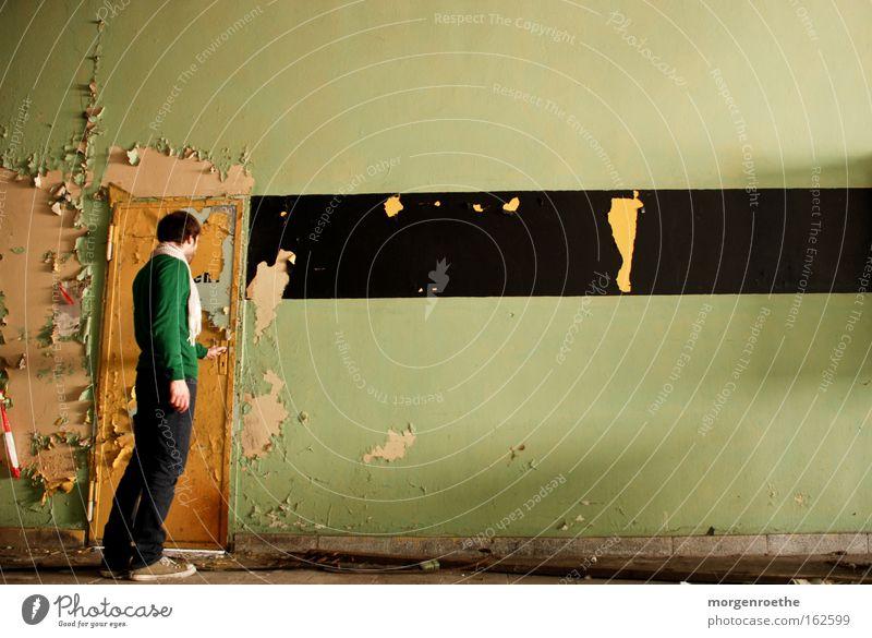 das tor zur ...? Tür gelb Wand schwarz Balken dreckig alt Vergänglichkeit Einsamkeit ruhig Neugier verfallen Selbst