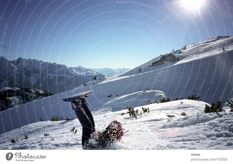 snowboard action Sonne Berge u. Gebirge Schnee Sport Aktion Schönes Wetter fallen Schneebedeckte Gipfel Schmerz Sturz Schneelandschaft Blauer Himmel Snowboard