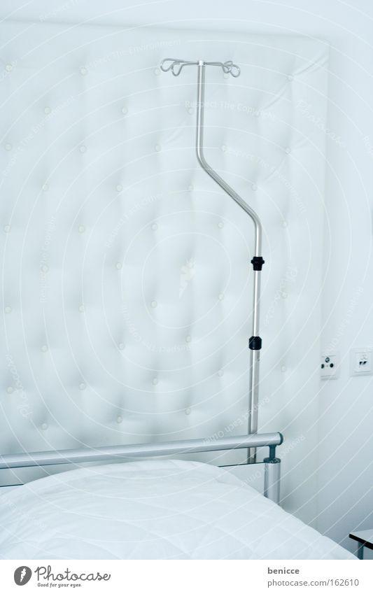 Steril Krankenhaus Krankenbett Bett weiß Krankenzimmer hell steril Chirurgie Sauberkeit Unfall Tod Gesundheit Infusion leer