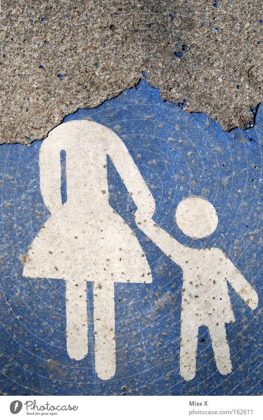 Ein Vorurteil Kind Mutter Erwachsene Familie & Verwandtschaft Fußgängerzone Verkehr Straßenverkehr Wege & Pfade Schilder & Markierungen Weisheit klug Asphalt