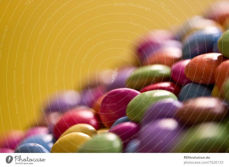 Smarties Lebensmittel Süßwaren Schokolade liegen viele mehrfarbig Mengenzählwerk Haufen Verschiedenheit ähnlich lecker genießen süß Kindheit Farbfoto