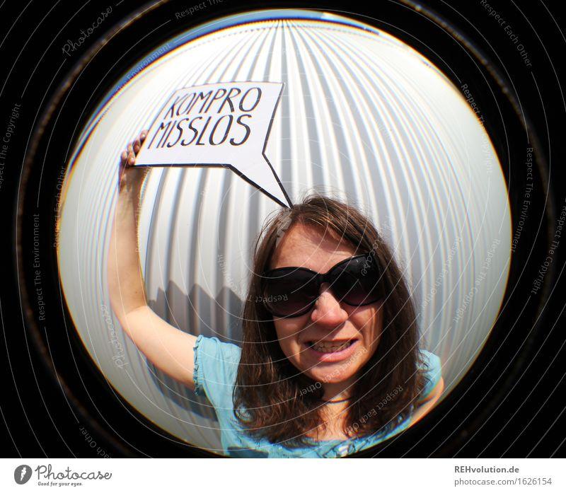 kompromisslos Mensch Jugendliche Junge Frau 18-30 Jahre Erwachsene feminin außergewöhnlich Freiheit Kraft Schilder & Markierungen authentisch Buchstaben