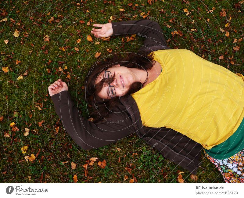 Herbstfreuden Mensch feminin Junge Frau Jugendliche 1 18-30 Jahre Erwachsene Umwelt Natur Pflanze Wiese Lächeln liegen frei Freundlichkeit Fröhlichkeit