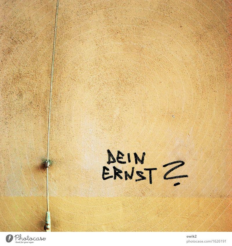 Wandverzierung Mauer Fassade Blitzableiter Schriftzeichen einfach Neugier gelb schwarz Fragen Fragezeichen rau ernst Graffiti Großbuchstabe Subkultur