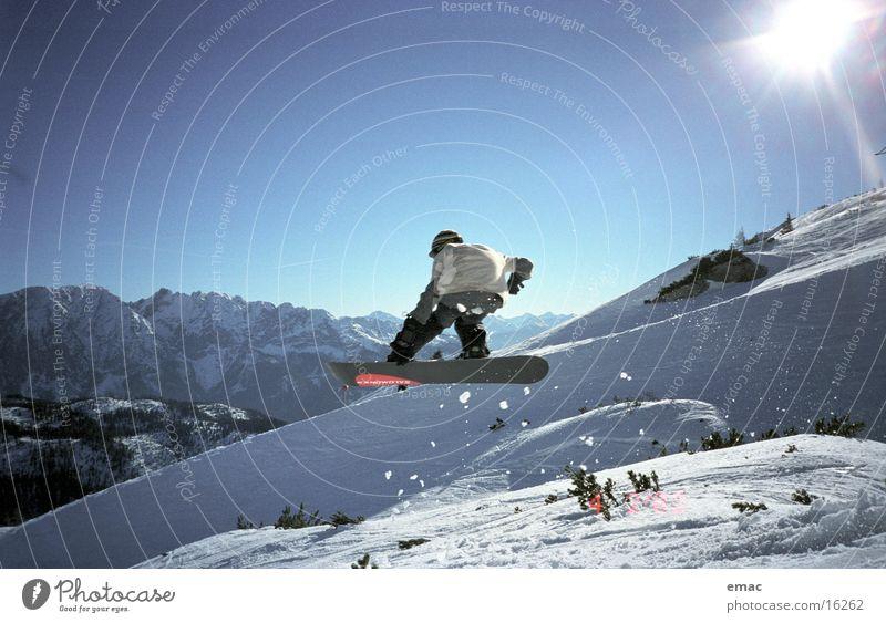 snowboard action 2 Sonne Schnee Sport fliegen springen Aktion hoch Geschwindigkeit Schönes Wetter berühren Körperhaltung Schneebedeckte Gipfel Wolkenloser Himmel abwärts Blauer Himmel Snowboard