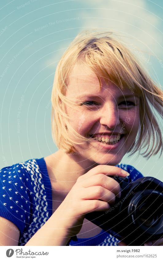 [DD|Apr|09] Smile Frau schön Himmel blau Freude Haare & Frisuren Zufriedenheit blond Wind Fotokamera Lächeln Fotograf Fotografieren
