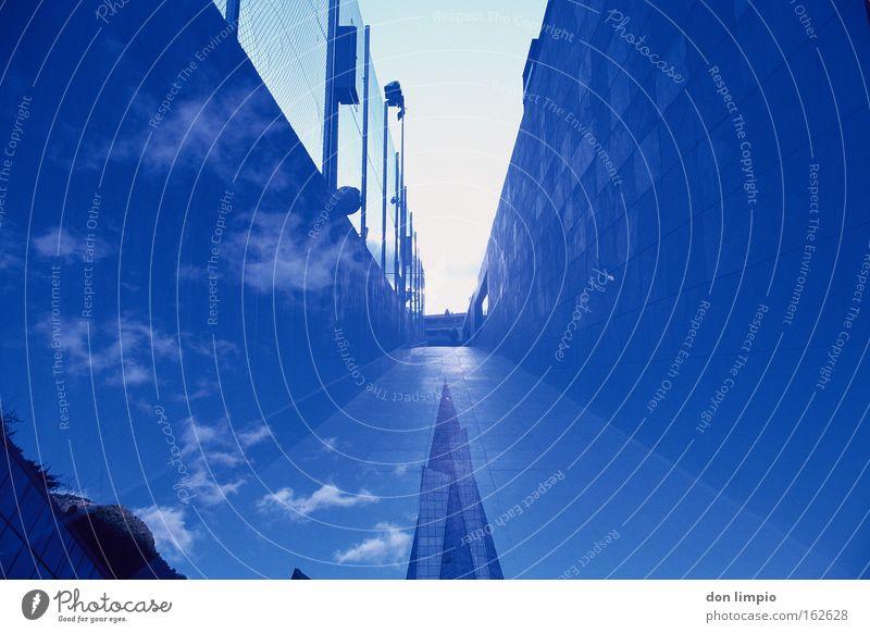 surreal Himmel weiß blau Stadt Wand Mauer Gebäude Architektur Hochhaus Horizont Europa modern Spitze analog Bauwerk