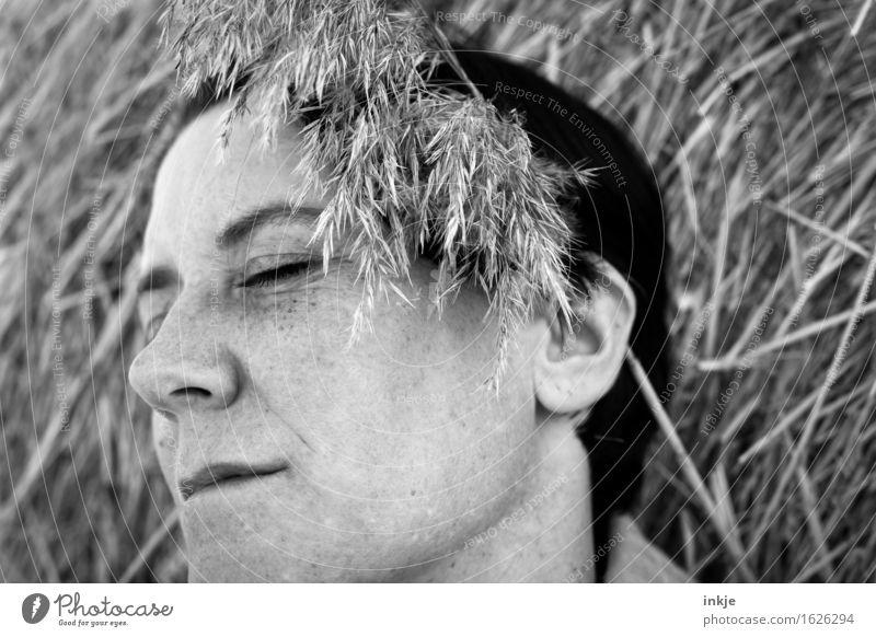 Sommerfoto | s/w Lifestyle Freizeit & Hobby Frau Erwachsene Leben Gesicht 1 Mensch Natur Frühling Heuballen Stroh Strohrolle Gras Erholung träumen schön