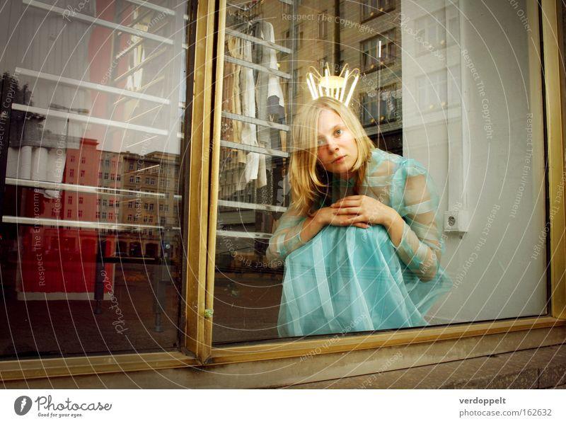 Frau Stil Mode blond Bekleidung Kleid fantastisch langhaarig Spiegelbild Krone Braut hocken Schaufensterpuppe Schaufenster Prinzessin Junge Frau