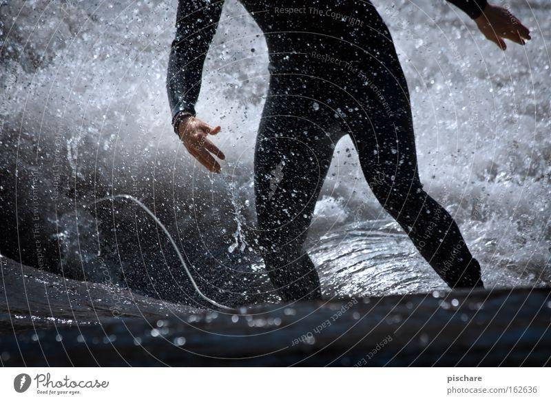 Steh nicht so rum! Stil Spielen Sport Mann Erwachsene Wasser Fluss Tropfen Surfen Surfer Neopren Aktion Extremsport Riversurfing pischare leash mur Farbfoto