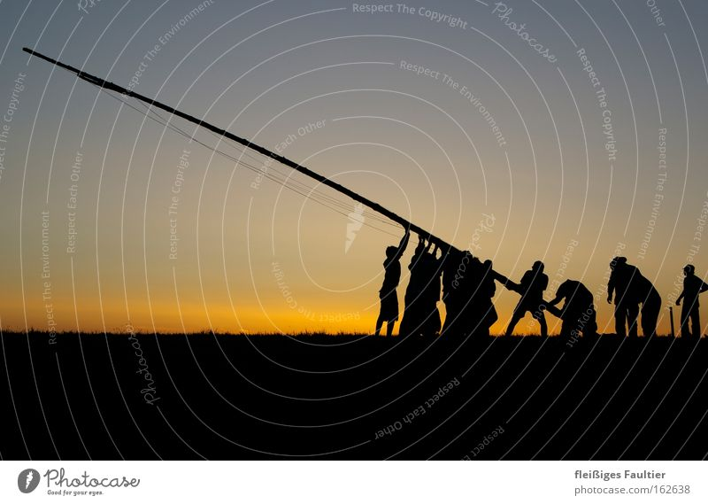 aufstellen Arbeit & Erwerbstätigkeit Menschengruppe Kraft Erfolg Fahne Silhouette Zusammenhalt Teamwork vertikal Fahnenmast errichten