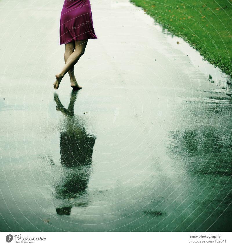 summer songs Frau Barfuß Kleid Tanzen Regen Gewitter Frühling nass Wege & Pfade Spaziergang Unbeschwertheit Optimismus Freiheit Freude Fuß Sommer Traurigkeit