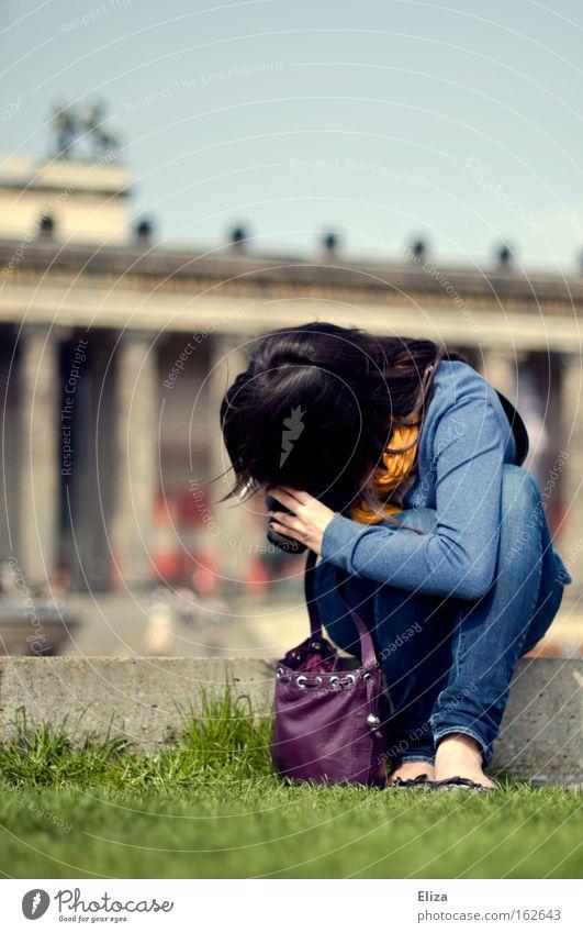 *knips Farbfoto Textfreiraum oben Ganzkörperaufnahme Wegsehen Freizeit & Hobby Sommer Fotokamera Frau Erwachsene Fuß Frühling Tasche klein Bildung entdecken