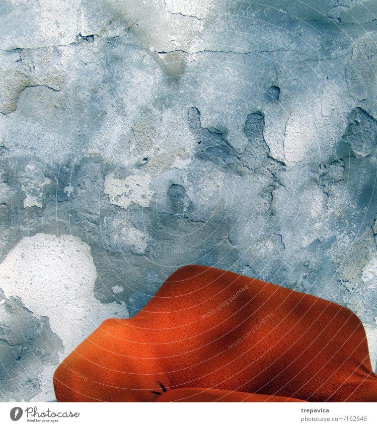 sofa alt blau Einsamkeit Farbe Wand grau orange Stuhl Häusliches Leben Sofa Möbel Ruine Sitzgelegenheit Sessel