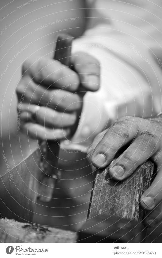 Hände  beim Hochzeitsritual Baumstamm sägen Hand Mann Ehemann maskulin Manneskraft Kraft Tradition Zukunft Holzsägen Säge Hochzeitsbrauch arbeitend