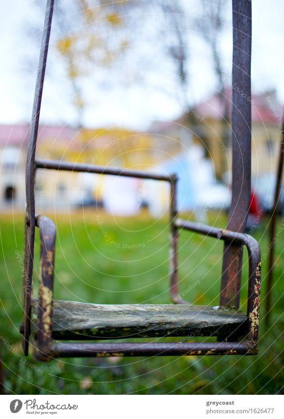 Der gebrochene Kinderschaukel. Kindheit Natur Herbst Garten Park Haus alt Traurigkeit Einsamkeit pendeln Wippe altehrwürdig Hof Hinterhof Schaden vertikal