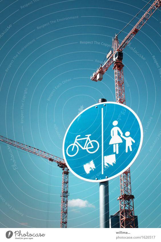 Verkehrsschild für Fußgänger und Radweg mit Kränen im Hintergrund Verkehrszeichen Fußweg Fahrradfahren Kran Menschenleer 2 Kräne Baustelle Textfreiraum