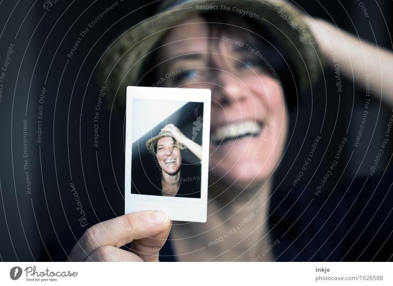 :-D + :-D Lifestyle Stil Freude Freizeit & Hobby Frau Erwachsene Leben Gesicht 1 Mensch 2 Hut Strohhut Bild-im-Bild Fotografie lachen Freundlichkeit