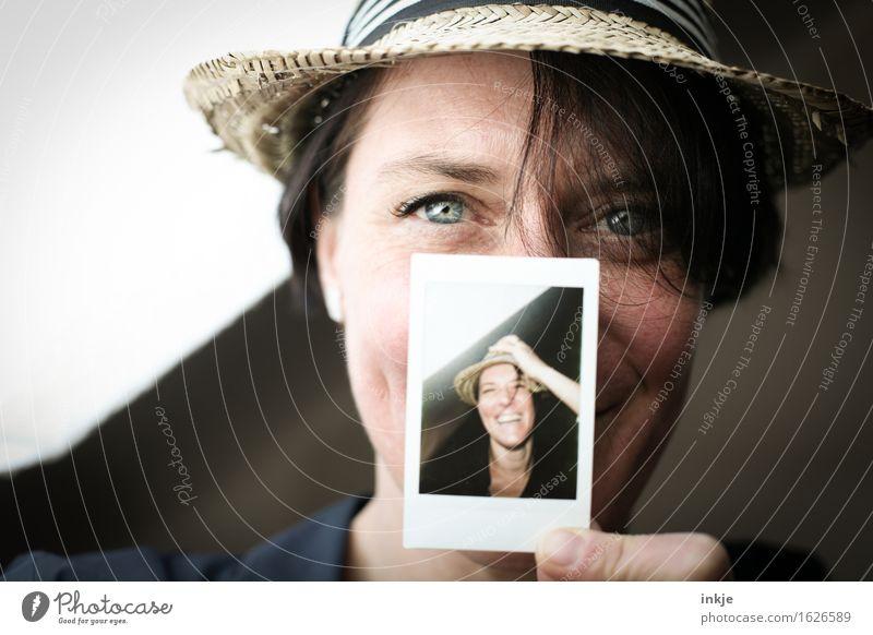 Sommerfoto Lifestyle Stil Freude Freizeit & Hobby Frau Erwachsene Leben Gesicht 1 Mensch Hut Strohhut Polaroid Fotografie Bild-im-Bild Lächeln lachen