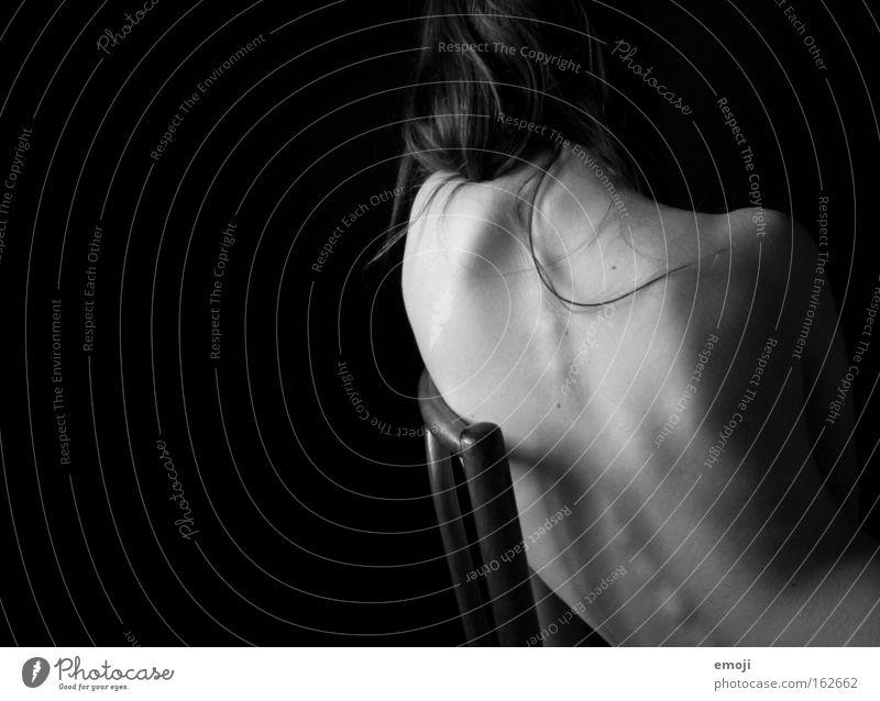 der Rücken. schwarz nackt feminin grau Gesundheit Körper Haut sitzen Akt Körperhaltung dünn zart Skelett Anatomie Wirbelsäule