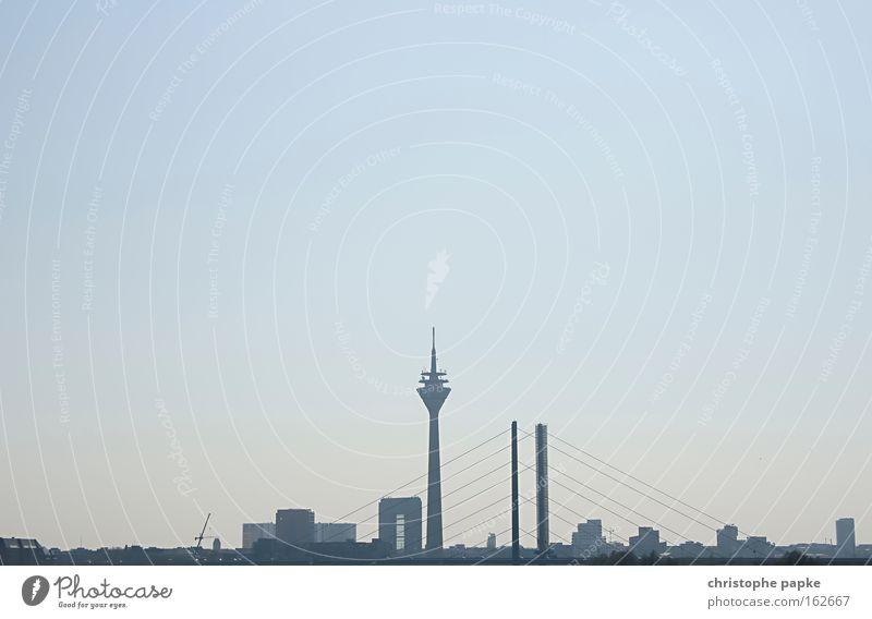 Skyline von Düsseldorf, NRW, Deutschland Stadt Hochhaus Hauptstadt Brücke Sightseeing Rhein Fernsehturm Silhouette Städtereise Architektur Turm Stadtzentrum