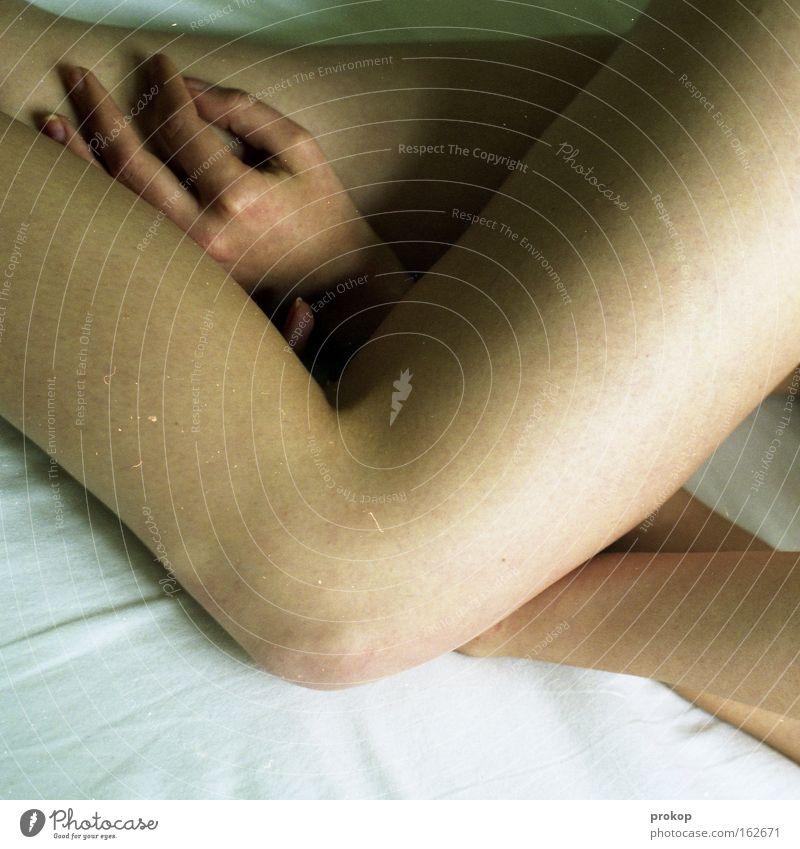 Guten Morgen Neukölln Frau Beine Knie Hand nackt Akt Bett liegen Zufriedenheit schlafen ruhig zart Erotik Schwäche Weiblicher Akt