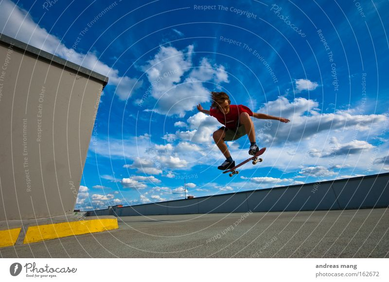 jump the sky Skateboarding Sport springen Freude Stil fliegen extrem Freiheit Leben anstrengen Konzentration Parkhaus parken Extremsport