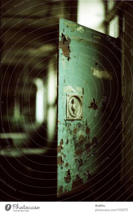 Die Tür einen Spalt offen lassen. alt Metall dreckig Tür Industrie kaputt Vergänglichkeit verfallen Rost Zerstörung Zerreißen verrotten Baracke