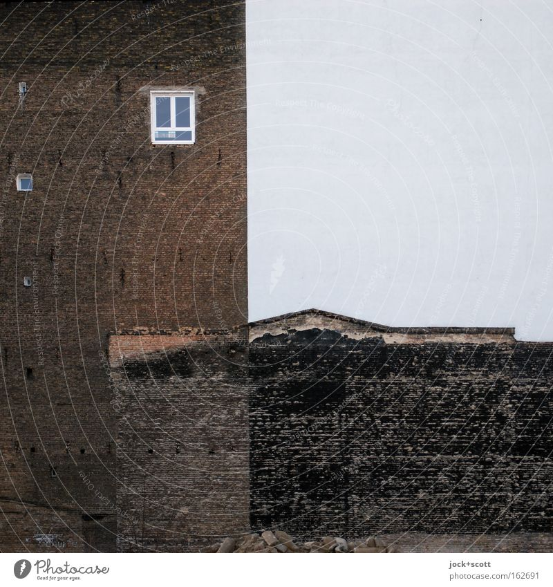 alte Bausubstanz trifft neue Struktur Stadthaus Fenster Backstein Linie dreckig historisch trashig blau weiß Stimmung standhaft Qualität Irritation Brandmauer