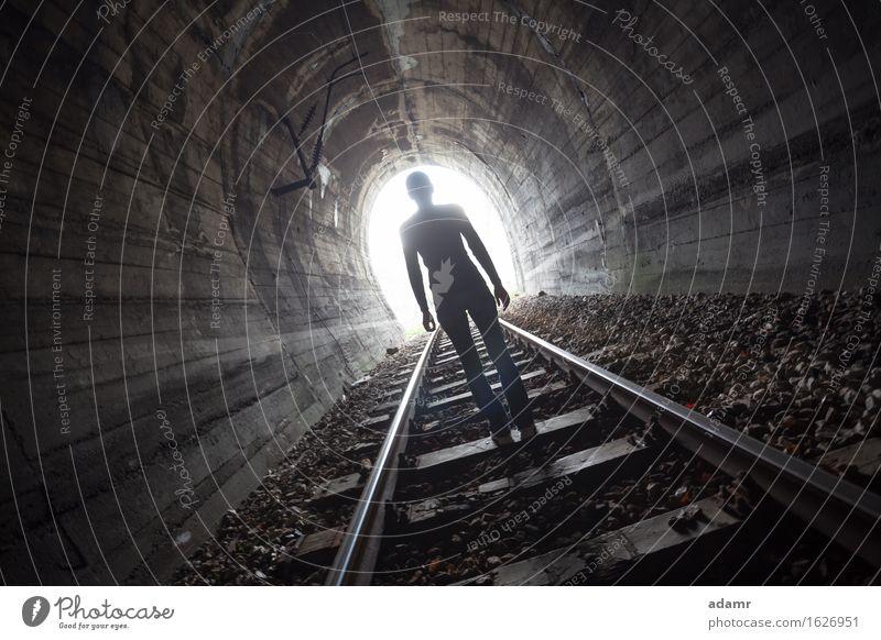 Mann in einem Tunnel mit Blick auf das Licht Abenteuer Leben nach dem Tod gewölbt Architektur Asyl hell dunkel Tageslicht Flucht Erleuchtung Glaube Zukunft