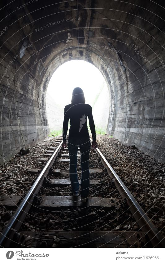 Frauen in einem Tunnel mit Blick auf das Licht Abenteuer Leben nach dem Tod gewölbt Architektur Asyl hell dunkel Tageslicht Flucht Erleuchtung Glaube Zukunft