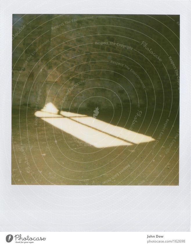 Lichteinfall Innenaufnahme Polaroid Fenster dunkel historisch Hoffnung Nostalgie Leitersprosse Lichtpunkt Intuition gefangen eingeschlossen verfallen