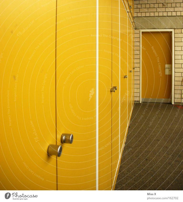 Gelb alt Haus gelb Schule Gebäude Tür Schulgebäude Teppich Schulklasse Schulunterricht Schrank Klassenraum