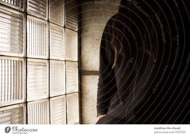 NACHDENKLICH Mensch Mann Einsamkeit Fenster Haare & Frisuren Traurigkeit hell Trauer Vergänglichkeit verfallen nachdenklich Verzweiflung Glasbaustein