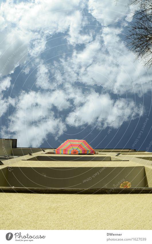 Schirmchen Himmel Natur Ferien & Urlaub & Reisen Sommer Sonne Wolken Haus Wand Stil Mauer Freiheit Fassade Wohnung Tourismus Häusliches Leben Freizeit & Hobby