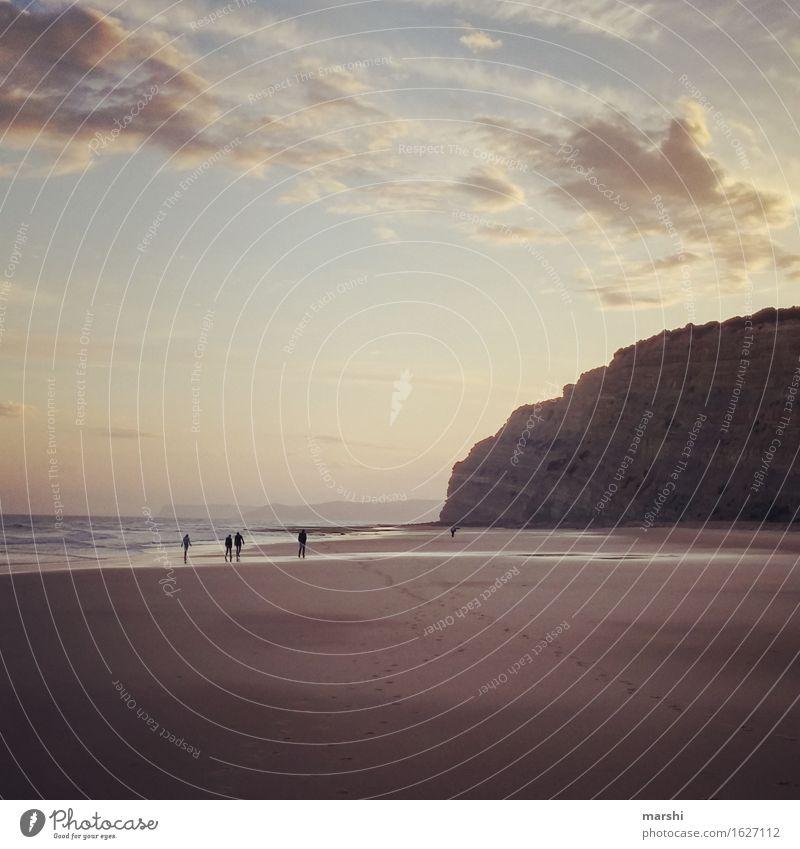 Abendspaziergang Mensch Menschengruppe Natur Landschaft Frühling Sommer Wellen Küste Meer Gefühle Stimmung Algarve Portugal Spaziergang Erholung Reisefotografie