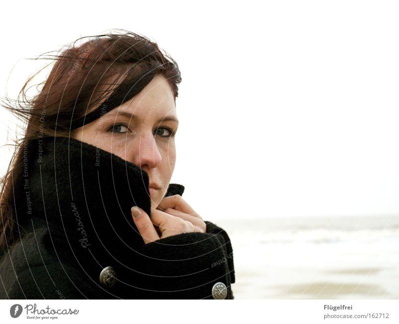 Warme Gedanken Mensch Frau Himmel Jugendliche Meer Erwachsene Junge Frau kalt feminin Haare & Frisuren Sand 18-30 Jahre Wind festhalten Konzentration Jacke