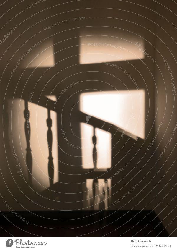 Licht im Treppenhaus Altstadt Mauer Wand Fenster Treppengeländer Treppenabsatz Treppenpfosten Fensterkreuz dunkel gruselig retro Gedeckte Farben Innenaufnahme