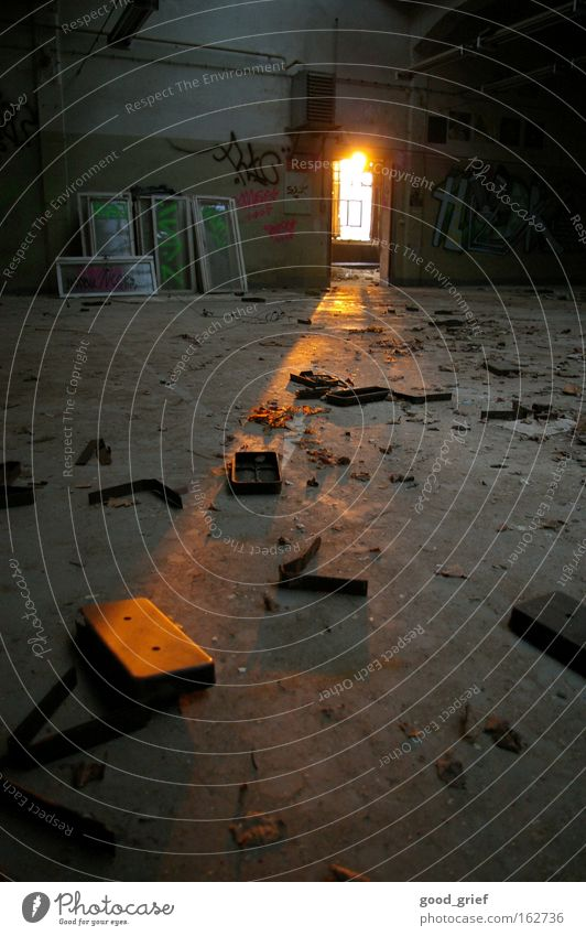 [DD|Apr|09] letzte hoffnung alt Sonne Fenster dreckig Tür Industrie Fabrik Bodenbelag Müll Dresden verfallen Lagerhalle Fensterscheibe