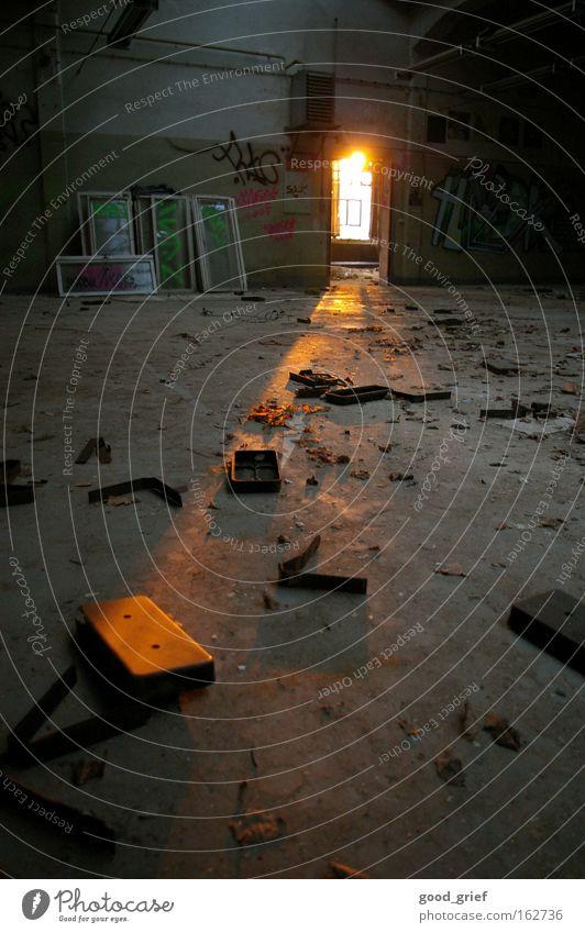 [DD|Apr|09] letzte hoffnung Fabrik dreckig Müll Fenster Licht Sonne Sonnenstrahlen Dresden Industrie verfallen Lagerhalle alt Tür Bodenbelag Fensterscheibe