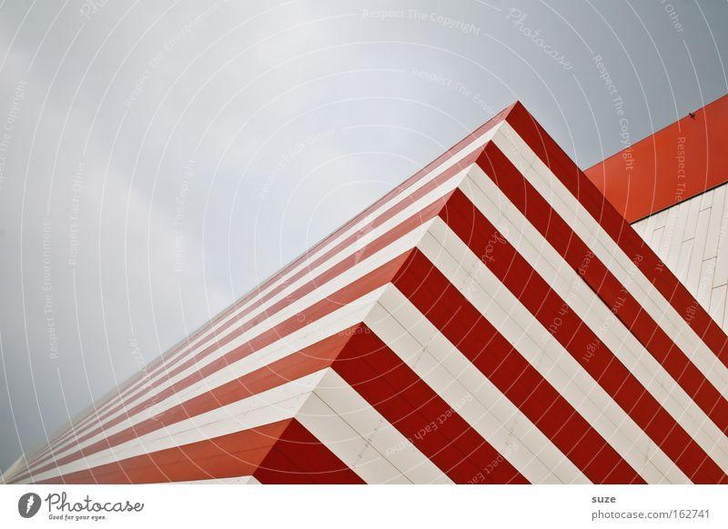 Russisches Zebra Streifen Balken Ecke Haus Eckgebäude rot weiß Wechseln Fenster Strukturen & Formen Linie hypnotisch Schatten Geometrie abstrakt Architektur