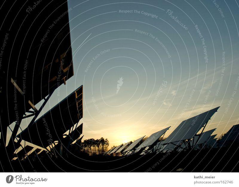 Solarfeld Bammersdorf mehrfarbig Außenaufnahme Menschenleer Textfreiraum oben Abend Dämmerung Schatten Silhouette Sonnenaufgang Sonnenuntergang Gegenlicht