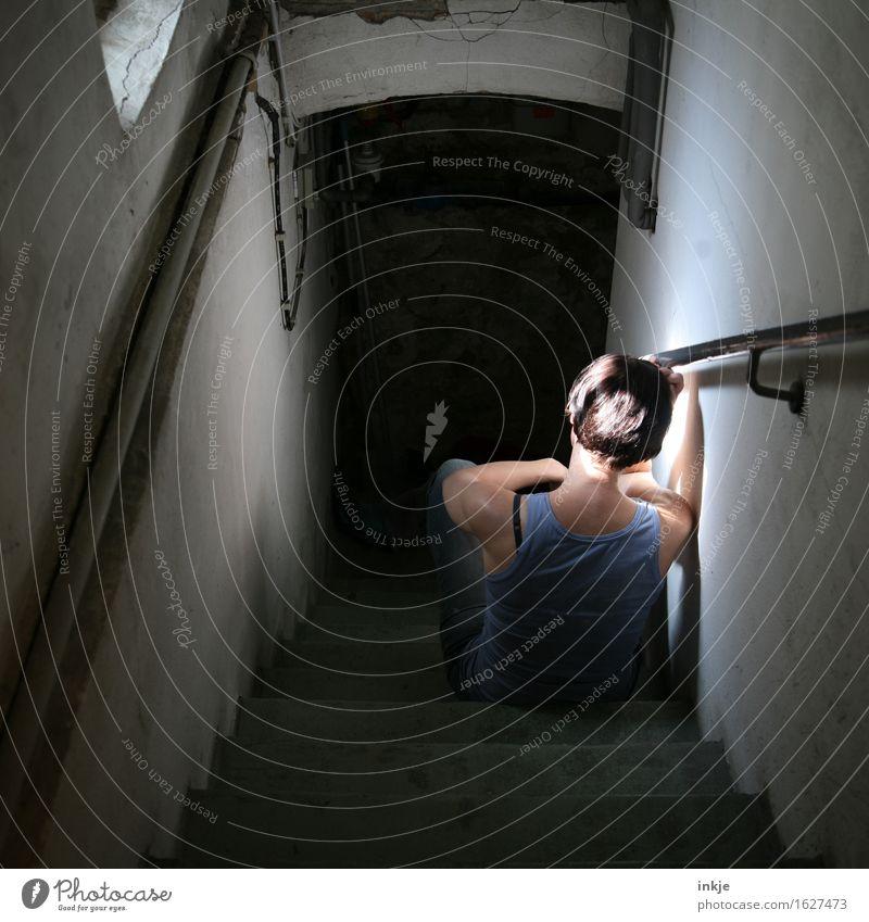 Traurige frau sitzt auf Kellertreppe Häusliches Leben Kellerfenster Frau Erwachsene Körper Rücken 1 Mensch hocken sitzen warten dunkel trist Gefühle Stimmung