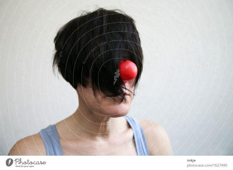 Frau mit Clownsnase und Haaren vorm Gesicht Lifestyle Stil Freude Erwachsene Leben Kopf Haare & Frisuren 1 Mensch schwarzhaarig kurzhaarig Pappnase lustig trist
