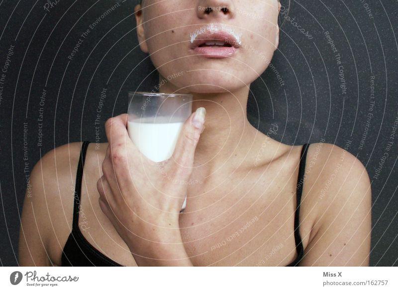 Milchmädchen Farbfoto Innenaufnahme Ernährung Getränk trinken Gesundheit Frau Erwachsene Mund Bart Milchshake