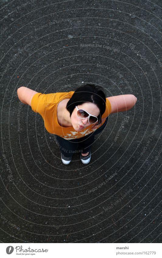 guggst du ?! Frau Mensch Jugendliche Straße feminin Stil oben Erwachsene Beton Perspektive stehen Körperhaltung Wut Verkehrswege Gesichtsausdruck Lächeln