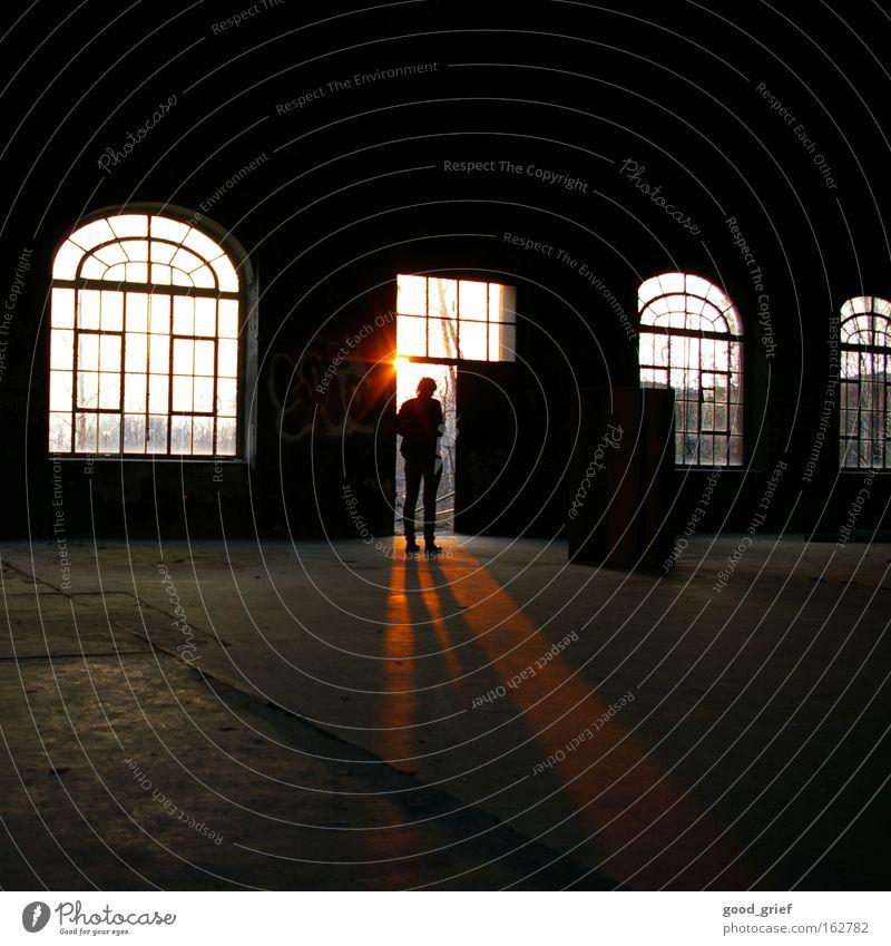 [DD|Apr|09] große schatten werfen Mensch Sonne Einsamkeit dunkel Fenster Beine Industrie Fabrik Lagerhalle Schatten