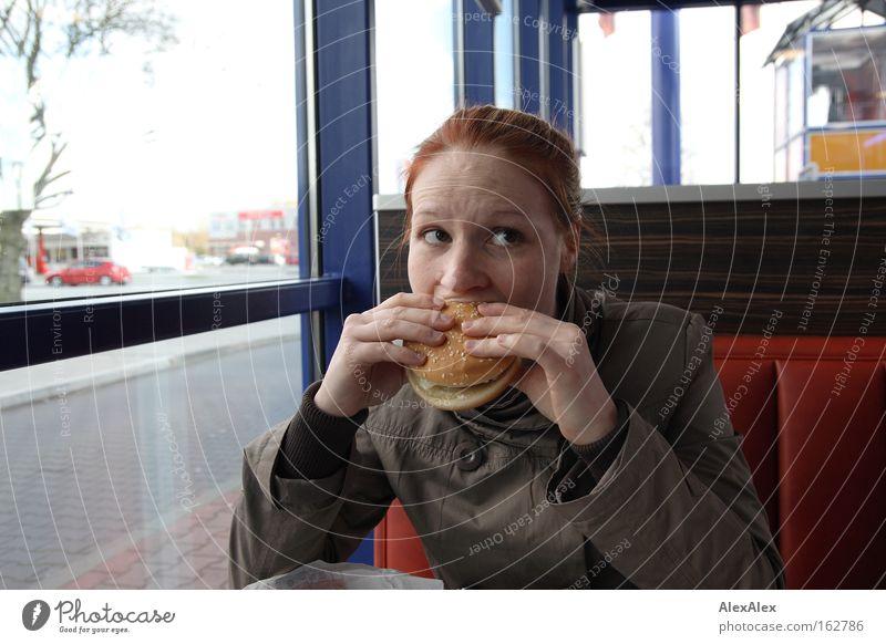 Mund auf! Frau Erwachsene Essen Stimmung Ernährung Gastronomie Restaurant Leidenschaft Appetit & Hunger rothaarig Sommersprossen beißen Hamburger Fastfood Cheeseburger Speise